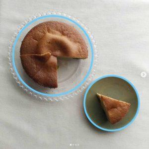 対比構図_例2-ホールケーキがのった大きなお皿と小皿にのったワンピースのケーキ