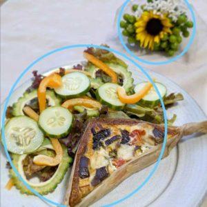 対比構図_例1-キッシュがのった大きなお皿と小さい花束