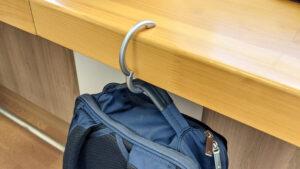 テーブルのふちにクリッパーを引っ掛けてカバンを吊るしている画像
